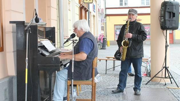 O premiéru a první hraní se v pátek 22. května postaral Richard Pogoda (piano, zpěv) a Mirek Švihálek (saxofon).