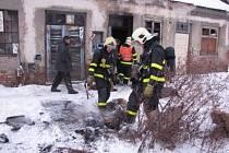 Po uhašení opuštěného nádražního domku našli hasiči ohořelé tělo muže.