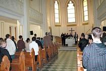 Evangelický kostel v Krnově se v neděli 3. června stal místem mimořádného setkání pěti církví a náboženských organizací.