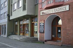 Rudolf Feilhauer v Krámku u radnice ke každému nákupu vydává EET-účtenku. Prodavačka, kterou zaměstnal, jednou z roztržitosti na účtenku zapomněla. Tak se zrodila známá kauza Krnovský koláček.