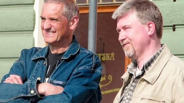 REŽISÉR RADOVAN LIPUS (vpravo) a herec David Vávra 14. dubna 2009 na krnovském náměstí sledují historii města v podání místních divadelníků. Přesně po třech letech se Lipus do Krnova vrátí, aby představil šumné stopy českých architektů v Japonsku.