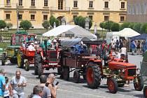 Rudoltický traktor začíná řazením zemědělských veteránů na náměstí ve Slezských Rudolticích. Kolona pak vyrazí na jízdu odlehlými silnicemi Osoblažska.