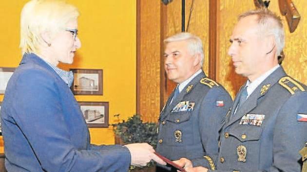 Brigádní generál Petr Hromek z Krnova při přebírání personálního rozkazu z rukou ministryně.