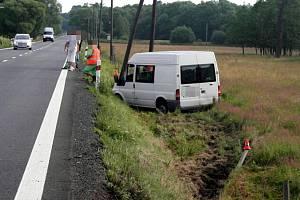 Unavený řidič nákladního auta značky Ford Transit si během cesty na silnici v obci Dětřichov nad Bystřicí ve směru od obce Krahulčí na moment zdřímnul. Naštěstí zůstal ve svém směru, nedošlo tak ke střetu s jiným autem.