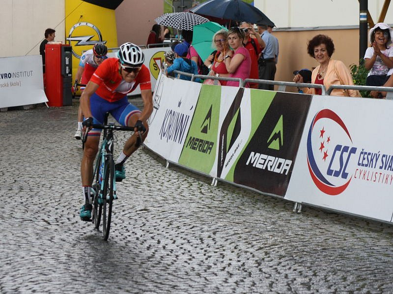 Michal Schlegel dojízdí do cíle poslední etapy.