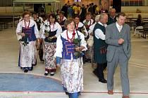 Josef Klech jakožto starosta hornobenešovské radnice přivítal rozjásané polské zpěváky ze skupiny Pszowiki z družebního města.