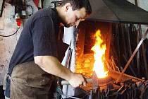 Na zbohatnutí kovářské řemeslo není, člověka to prostě musí bavit. Dostávám zaplaceno za práci, která mě baví. To je životní krédo kováře Petra Czasche, který má kovárnu v areálu Farmy v Moravskoslezském Kočově.