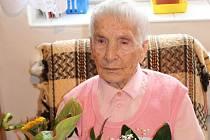 Božena Sohrová má sto dva let. Stále si uchovává dobrou náladu, pomáhá jí také to, že se o ni s láskou starají její nejbližší.