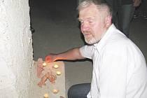 Kastelán linhartovského zámku Jaroslav Hrubý se svým týmem už má připraveno na šest tisíc svíček, kterými v sobotu 23. srpna nasvítí sklepení a komnaty na noční prohlídku.