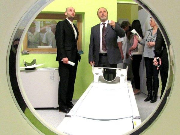 Nový tomograf za 17milionů slouží od minulého týdne krnovské nemocnici. Účastníky slavnostního zprovoznění zajímalo například to, jaká je nosnost přístroje a jak na něm budou vyšetřovat obézní pacienty snestandardní postavou.