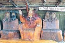 Řezbář Jiří Halouzka má ve své galerii v Jiříkově pro návštěvníky připraveno originální posezení. Nejmajestátnější křeslo patří králi Artušovi.