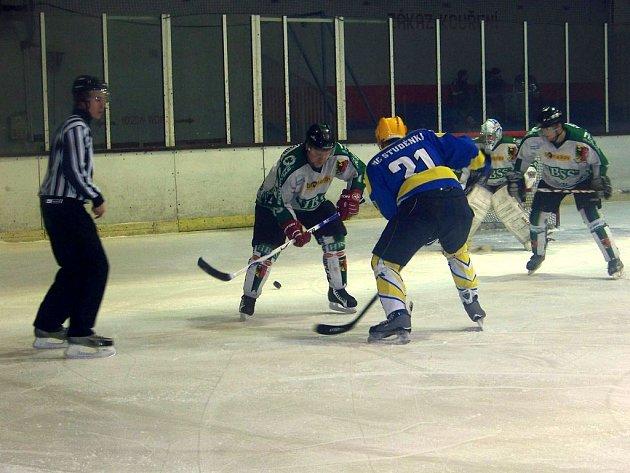 Hornobenešovští hokejisté v minulém kole na vlastním ledě neuspěli a v sobotu se pokusí zabojovat o výsledek na ledě favorizované Karviné.