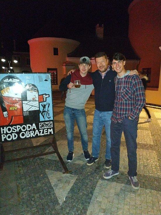 Tomio Okamura po návštěvě Krnova zveřejnil fotografie před logy pivovaru Nachmelená opice, Hospody pod Obrazem a baru Fklidu. Žádosti o smazání nevyhověl.