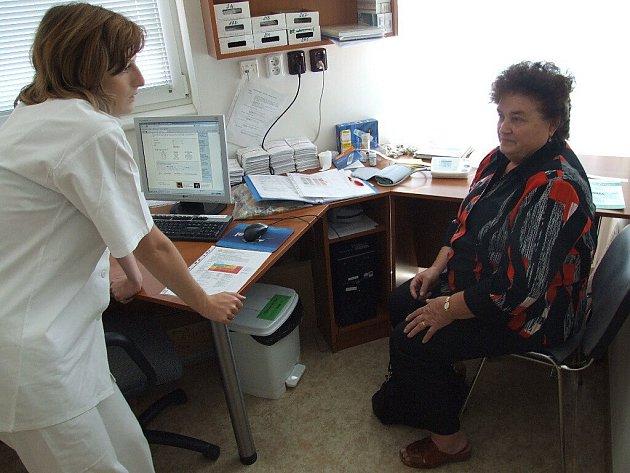Pacientům se věnovala Kateřina Šindelářová, zástupkyně vedoucího Ústavní lékárny.