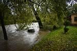 Rozvodněná řeka Opavice zaplavila silnici a odřízla Linhartovy od Města Albrechtic.