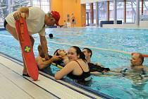 Pozdvižení vyvolávali bruntálští vodní záchranáři v bruntálském wellness centru. Plavci se dost divili, když se pustili do záchrany mladíka z velkého bazénu.