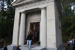 Mauzoleum tvoří kaple a krypta. V kapli se skleněnou střechou je muzeum rodu Keil von Eichenthurn