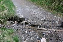Poškozená cesta pod Švýcárnou.