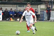 Jakub Dankovič (v bílém) nastoupil v Českém Těšíně už ve druhém zápase na místě stopera, kde nahradil Richarda Kozáka.