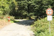 Zvednutá závora do lesa automaticky neznamená povolený vjezd. Pokud motoristé nerespektují zákazovou značku, vystavují se pokutě.