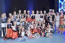 I letos dovedla umělecká vedoucí Taneční školy Stonožka Bruntál Tamara Vlachynská (vpravo) své svěřence k mistrovským výkonům. Autorem choreografie Tajemství Andalusie je Libor Hlaváček (uprostřed vzadu).
