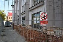 Sokly osekané až na zdivo: tak začíná oprava Městského divadla v Krnově.