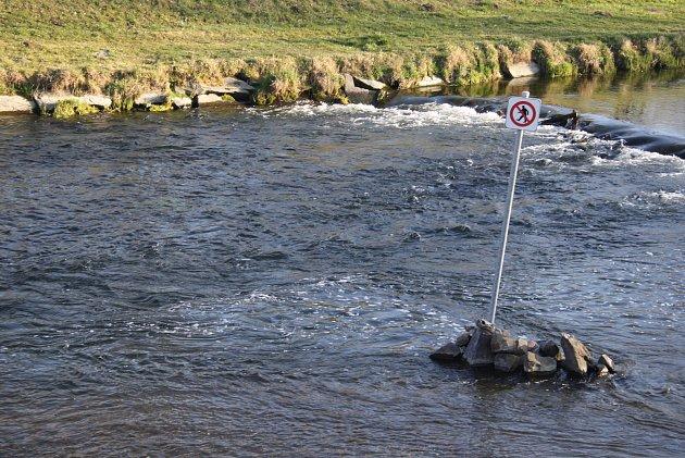 Značku 'zakázaný brod' najdete vKrnově na soutoku řek Opavy a Opavice.