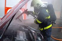 Oheň poznamenal automobil v neděli 11. října v dopoledních hodinách v Krnově na Žižkově ulici.