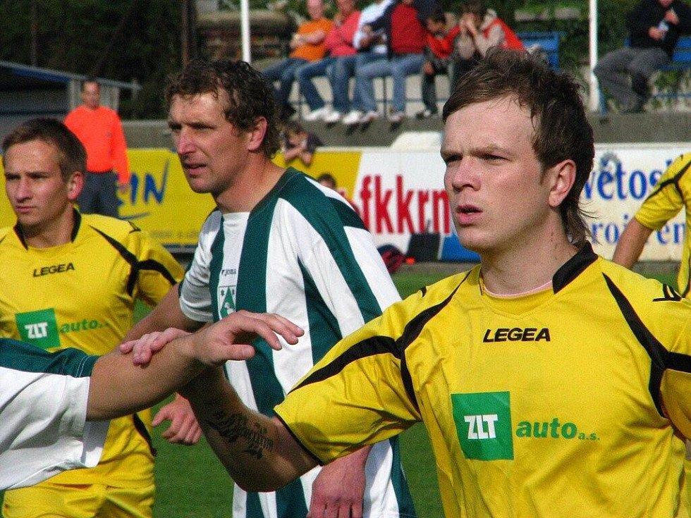 Utkání 9. kola krajského přeboru v Krnově s Čeladnou. Favorizovaní hosté v Krnově prohráli 1:2.