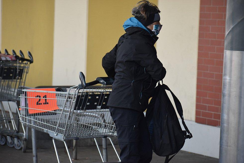 Nákup v hypermarketu díky novým opatřením vlády funguje jako generátor náhodných čísel.