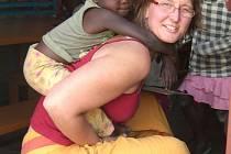 Bára Ocásková vysvětlí ve Flemmichově vile jak vypadá život učitelky a sociální pracovnice v Africe.