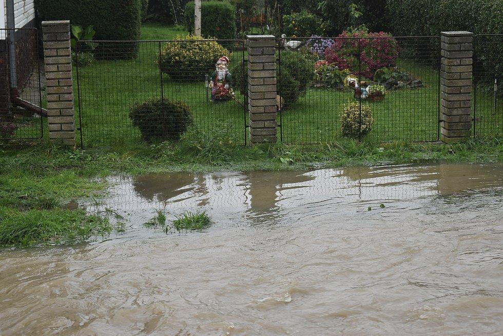 Situace na Osoblažsku je specifická tím, že se rozvodnila nejen řeka Osoblaha, ale i drobné potůčky a příkopy. Voda se valí po polních a  lesních cestách a vytváří laguny.