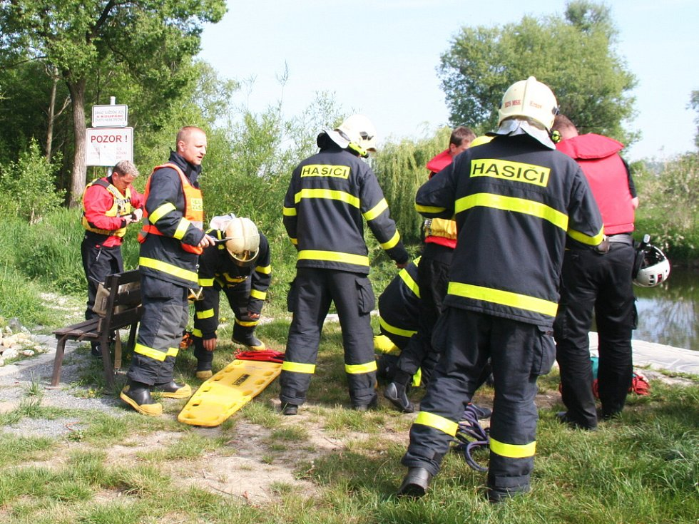 Záchranu tonoucího nacvičovali hasiči v reálných podmínkách na krnovském splavu, kde se už odehrálo několik skutečných případů tonutí i utonutí.