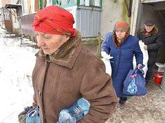 Kamiony v Krnově a Bruntále nakládaly teplé oblečení a spacáky z humanitární sbírky Člověka v tísni. Jejich pomoc se v pořádku dostala k lidem sužovaným válkou.