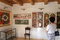 Obrazy a další práce naivní malířky Marie Kodovské vystavené v její galerii v Rýmařově si už prohlédli první návštěvníci.