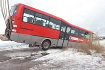 Dvě jednotky profesionálních hasičů zasahovaly v pondělí po půl šesté ráno ve Václavově u nehody autobusu, který skončil v příkopu.