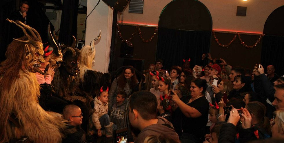 Atmosféra v krnovském klubu Kofola při setkání s čerty z Rakouska. Snímek z archivu KMC.