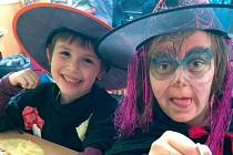 Noc v družině probíhala v čarodějnickém a kouzelnickém stylu. Pracovníky družiny potěšil velký zájem dětí i nápadité kostýmy.