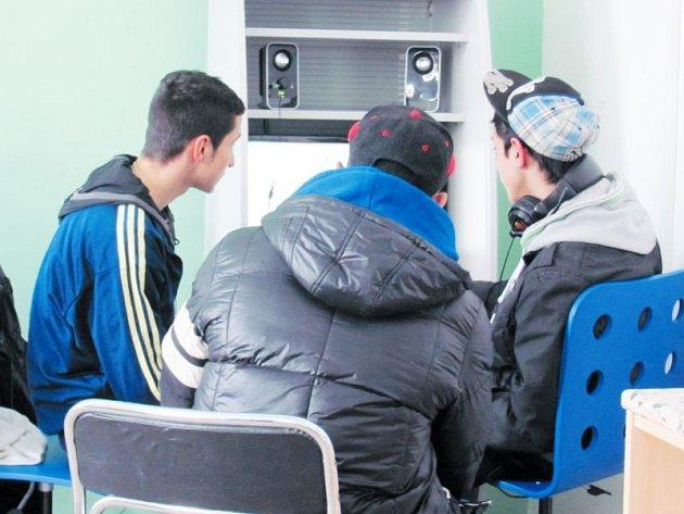 Nově otevřený klub Labyrint při Sboru a komunitním centru Armády spásy v Krnově na Opavské ulici mohou navštěvovat chlapci i děvčata od 15-ti do 26-ti let věku. Ve zdejším klubu a přilehlé zahradě je připravena řada zajímavých akcí.