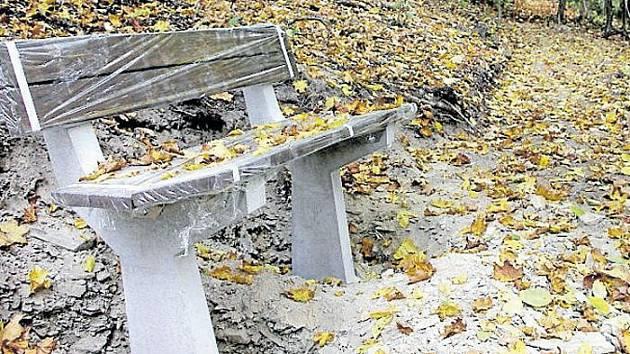 Na Cvilíně obnovují historické stezky a instalují lavičky.