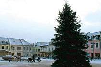 Náměstí v Bruntále i s osazeným vánočním stromem se v pondělí poprvé zakrylo sněhovým popraškem. Strom se rozsvítí již tento pátek 27.listopadu. V Krnově si týden počkají, rozsvícení vánočního stromu s ohňostrojem proběhne v sobotu 5. prosince.