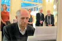 Zahajovací duo Jiří Siostrzonek a Jindřich Štreit (vpravo) na vernisáži polských studentů Institutu tvůrčí fotografie ve Flemmichově vile v Krnově.