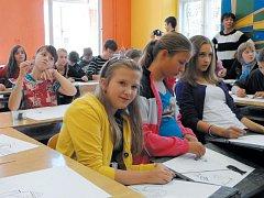 Soutěži mincí a bankovek předcházel na krnovských školách workshop studentů vedený malířem Zdeňkem Kurečkou.