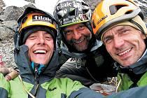 Trojice, která jako první československá expedice zdolala 1450 metrů vysokou západní stěnu grónské hory Ketil: vlevo Ján Smoleň ze Slovenska, uprostřed Roman Kamler ze Šumperka a vpravo Ivan Foltýn z Krnova.
