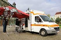Sanitka, která bude sloužit jako mobilní ambulance, umožní streetworkerům rozšířit terénní služby na podstatně větší spádovou oblast.