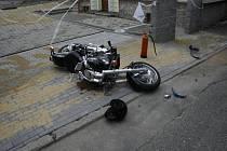 Další motorkář se těžce zranil na Chářovské ulici v Krnově, když při pádu vletěl nohou pod kola protijedoucího náklaďáku.