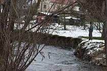 Na řece Opavici v Heřmanovicích v říjnu vodohospodáři naměřili srážky 165 milimetrů na metr čtvereční za týden. V osadě Opavici povodeň utrhla kus břehu.