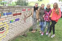 S vervou se pustily v Bruntále děti školou povinné do výmalby sídliště Květná a sousední Okružní ulice v rámci výtvarného dopoledne pod názvem ARTODAY 2014.