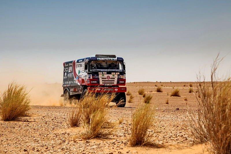 Jako nůž máslem projížděla Tatra 815 Buggyra dunami africké pouště. V pouštní oáze posádka najezdila několik tisíc kilometrů.