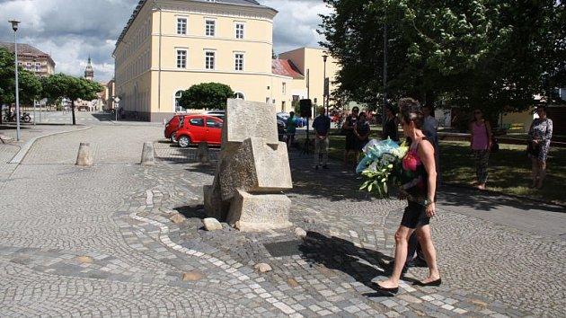 U památníku povodní z roku 1997 se sešli Krnované uctít tichou vzpomínkou dva muže, Rudolfa Gibase a Jana Zahradníka, kteří před dvaceti lety přišli o život.